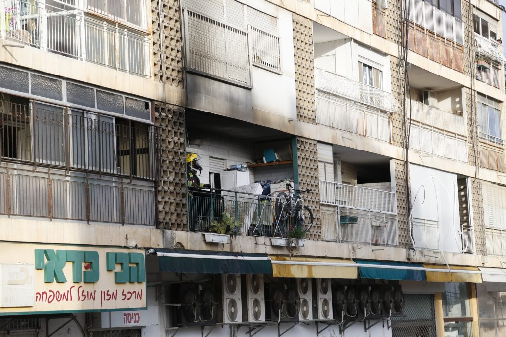 שריפה בדירה בבית וגן, אישה נפצעה במצב אנוש (צילום: דוברות המשטרה)