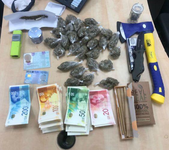 תפיסת סמים מריחואנה, כסף מזומן, גרזן, סכין -באמצעות טלגראס (צילום: דוברות המשטרה)