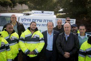 ראש העיר ניר ברקת וצוות שירות ניידות החילוץ העירוני (צילום: פלאש 90)