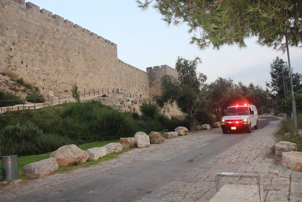 """אמבולנס של מד""""א על חומות העיר העתיקה (צילום: דוברות מד""""א)"""