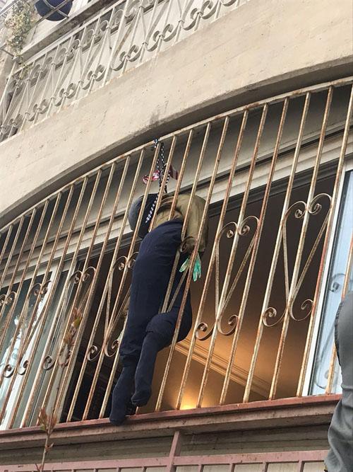 דמויות חיילים על בובות במאה שערים (צילום: דוברות המשטרה)