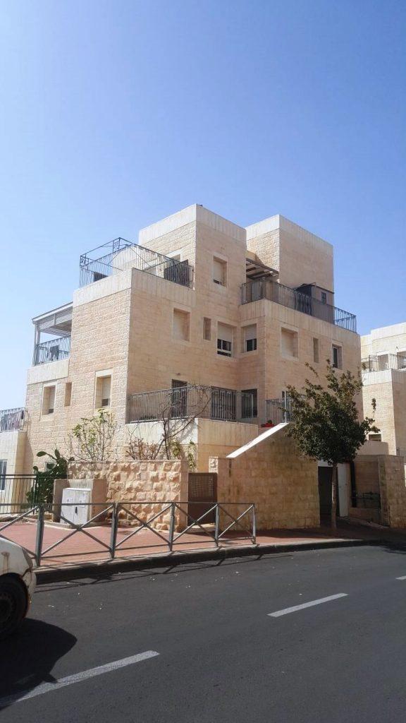 הבניין ברחוב שלמה באום שבו נמכרה דירה בת 4 חדרים בהר חומה (צילום: עזריה ון דייק)