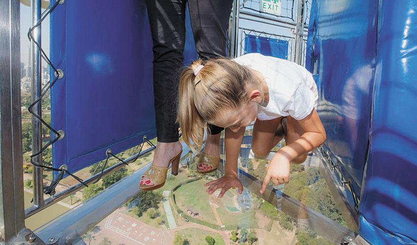 הכדור הפורח של תל אביב עם רצפה שקופה (צילמה חן ליאופולד)