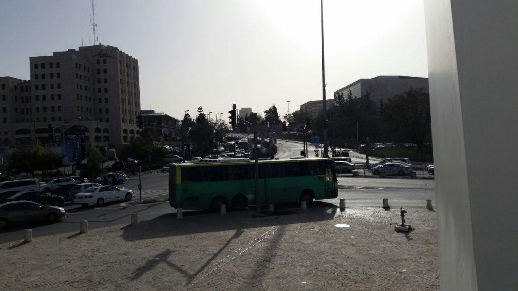 הכניסה לעיר, הבוקר, שלישי