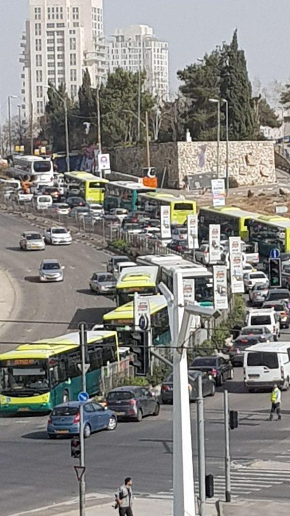 הכניסה לעיר, יום שלישי בצהריים (צילום: תמי טננבוים)