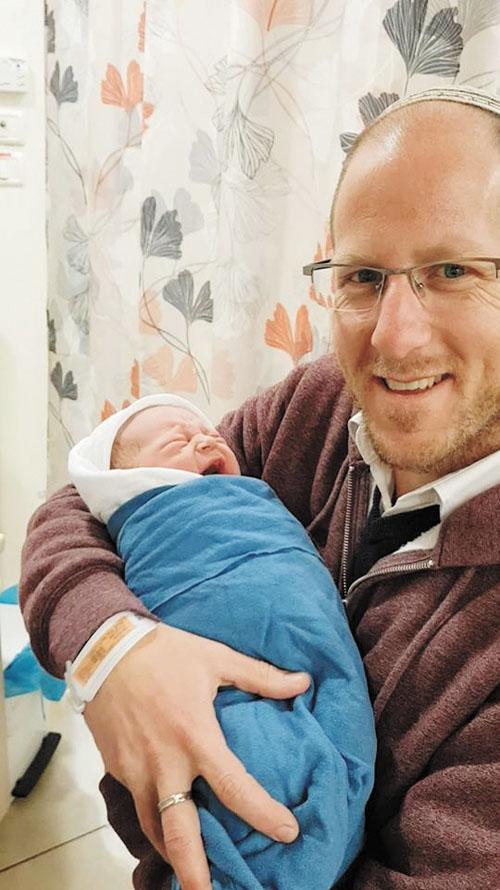 עוזאל ותיק עם הבת החדשה (צילום: מתוך פייסבוק)