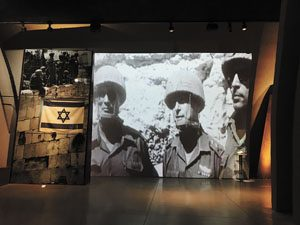"""עולים לדגל המוזיאון בגבעה (צילום יח""""צ גבעת התחמושת)"""