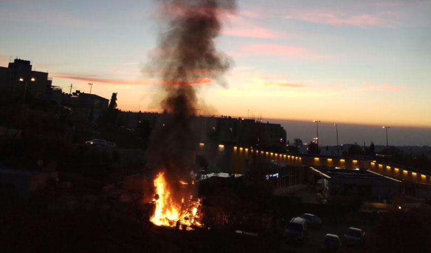 וידאו – השריפה בפסגת זאב, לפנות בוקר: הכבאים מנעו את התפשטות האש לתחנת דלק סמוכה