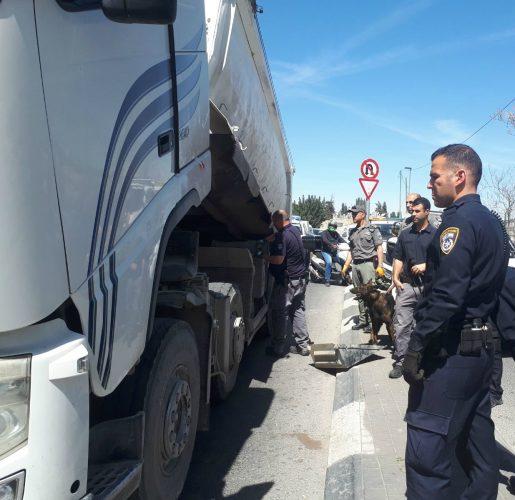 תפיסת המשאית שבה הוחבא בשר ללא קירור (צילום: דוברות המשטרה)