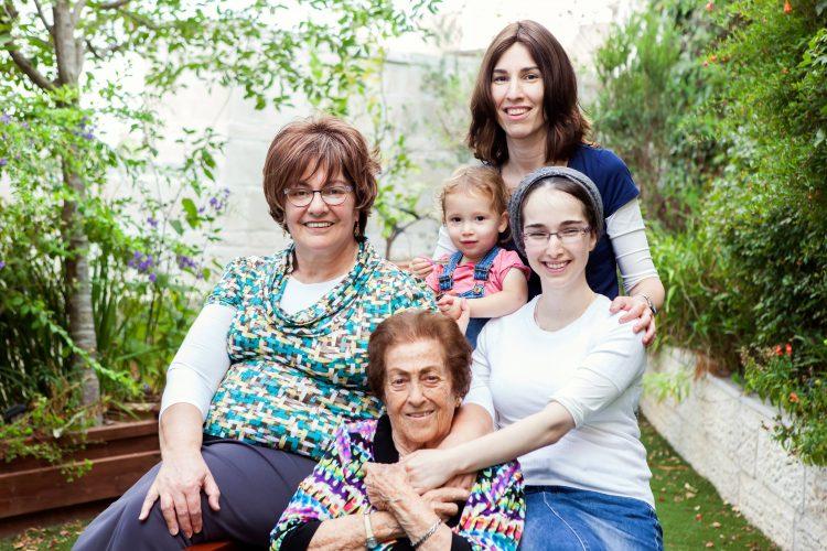 סבתא רחל, הבנות והנכדות (צילום: אביגיל פיפרנו-באר)