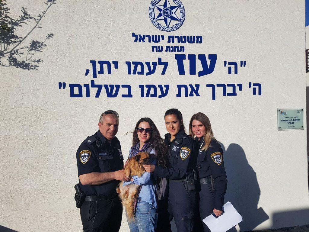אלה וצ'יקה הכלבה יחד עם שוטרי תחנת עוז (צילום: דוברות המשטרה)