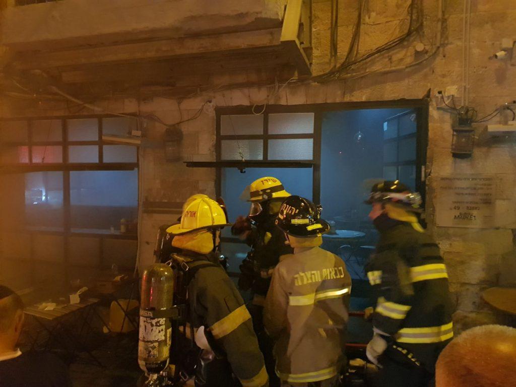 השריפה בבורגר מרקט בשוק מחנה יהודה (צילום: כבאות והצלה ירושלים)