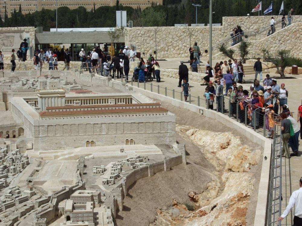 מוזיאון ישראל - אנשים מבקרים במודל בית המקדש (צילום: דוברות מוזיאון ישראל)