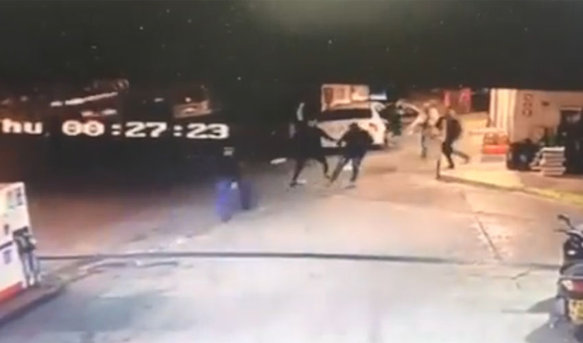 מתוך סרטון האבטחה שמתעד את תקיפת עובד חנות הנוחות בתחנת הדלק, מול גן סאקר