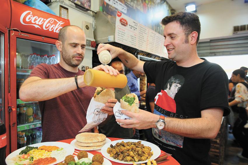 אוכלים נערי המרבד (צילום: ארנון בוסאני)
