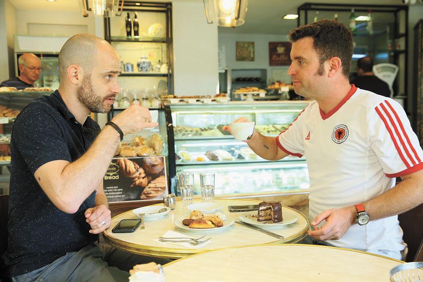 """יהונתן כהן ועמית אהרנסון, """"קפה פרש"""" (צילום: ארנון בוסאני)"""