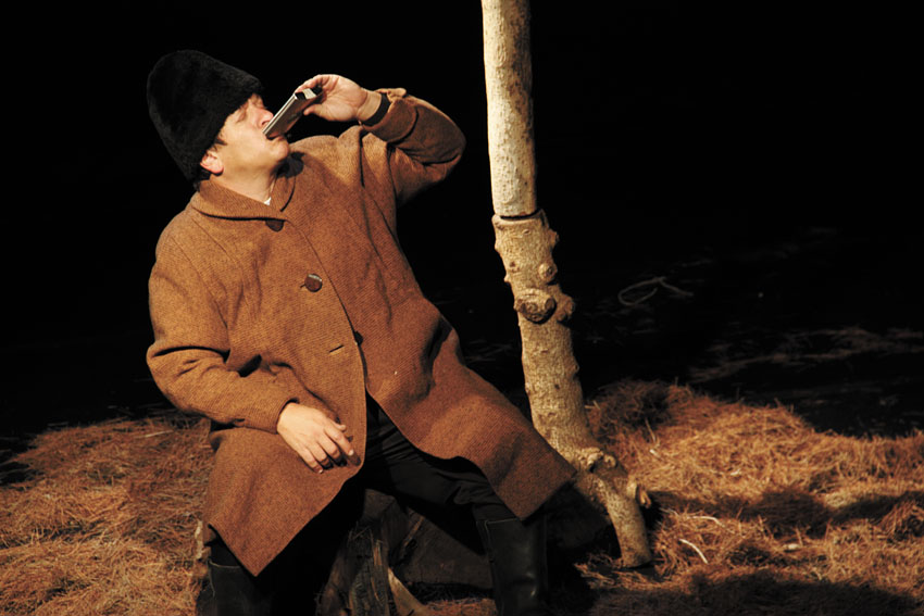 """מתוך ההצגה """"יהודי ביער"""" (צילום: באדיבות תיאטרון אספקלריא)"""