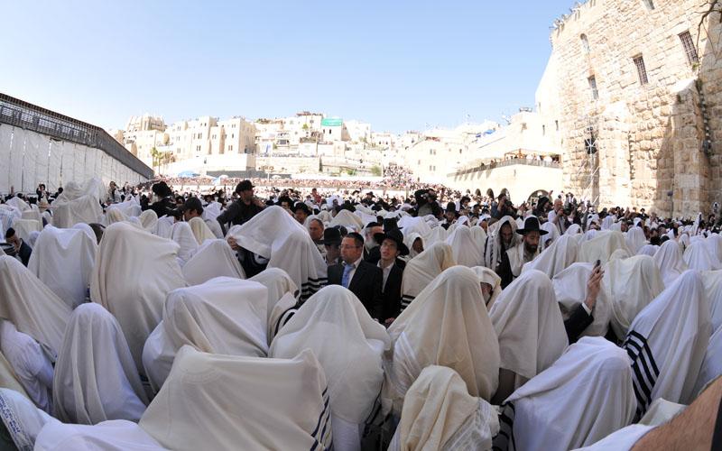 ברכת הכהנים המסורתית בכותל (צילום: באדיבות הקרן למורשת הכותל המערבי)