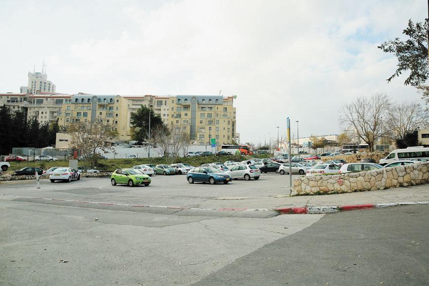 מגרש חנייה שמיועד לאוטובוסים ליד שכונת משכנות האומה (צילום: ארנון בוסאני)