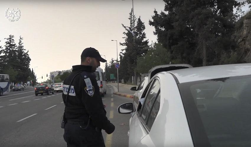 מבצע אכיפת תנועה בירושלים - נערך ביום 25.4.18 - שוטר עוצר נהג (צילום: דוברות המשטרה)