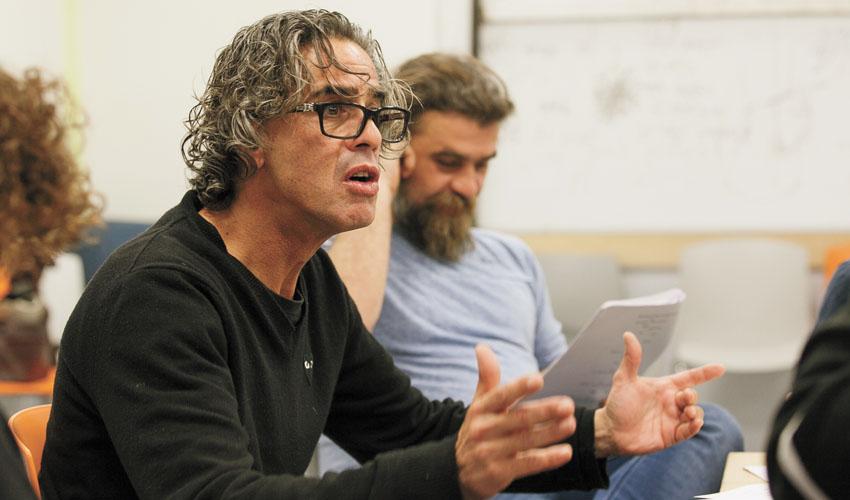 וידאו – נירו לוי מככב ומגלם את עצמו בהצגה חדשה בתיאטרון מיקרו