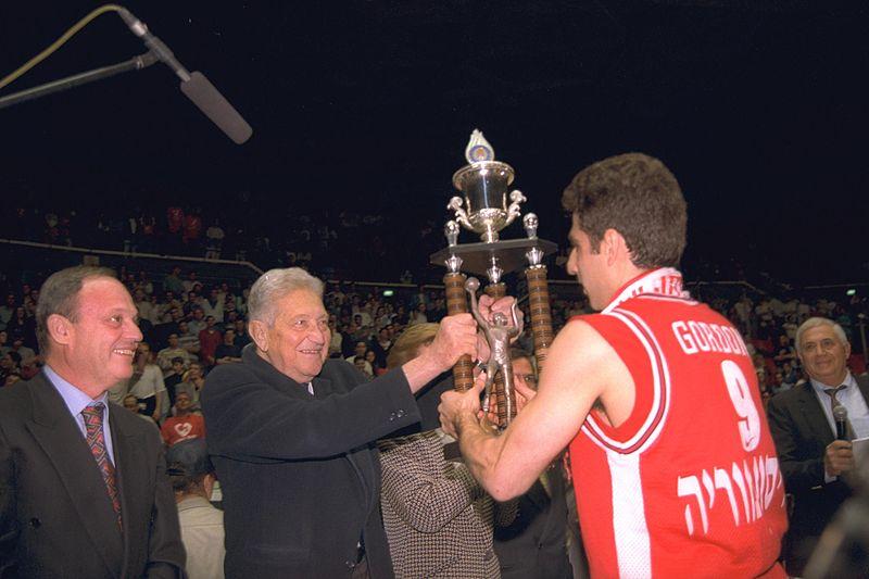 """עדי גורדון מקבל את גביע המדינה מהנשיא עזר ויצמן ז""""ל - עונת 95/96 (צילום: ירון אבנר, לע""""מ)"""