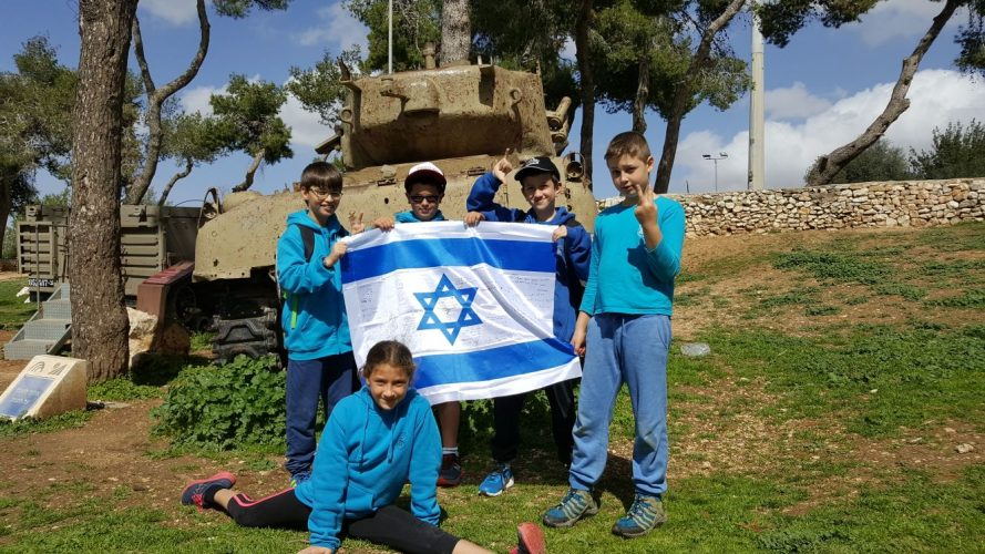 תלמידים בגבעת התחמושת חותמים על דגל ישראל (צילום: גבעת התחמושת)