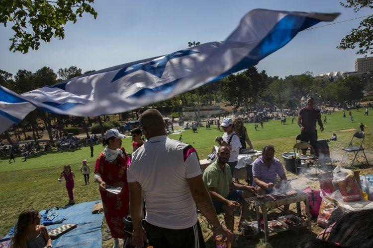 גן סאקר, יום העצמאות ה-69 למדינה בירושלים 2017. מבלים עושים מנגל (צילום: אוליבייה פיטוסי)