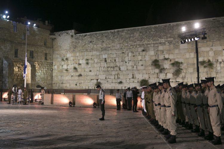 ערב יום הזיכרון לחללי מערכות ישראל ונפגעי פעולות האיבה בכותל המערבי בירושלים (צילום: אוליבייה פיטוסי)