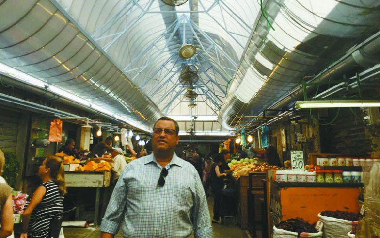 משה ליאון על רקע הגגות המשודרגים של שוק מחנה יהודה (יח''צ)