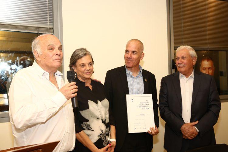 """מנכ""""ל עיריית ירושלים אמנון מרחב מקבל את פרס היזמות העירונית (צילום: יעל צור)"""