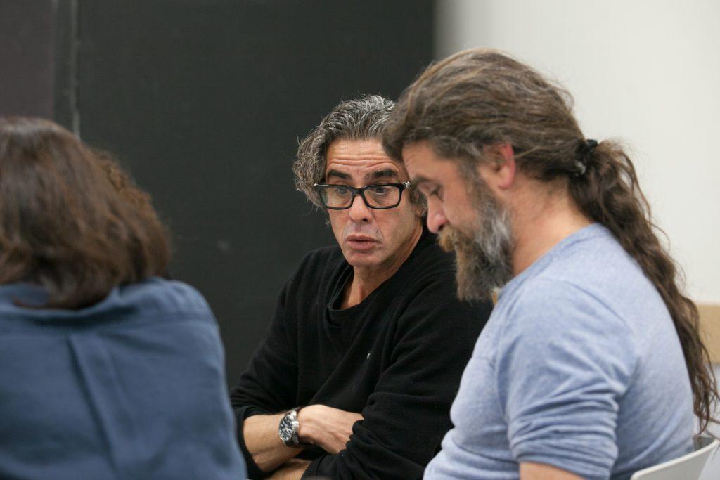 נירו לוי והבמאי יפים ריננברג בעת הקראת המחזה (צילום: טל צבר)