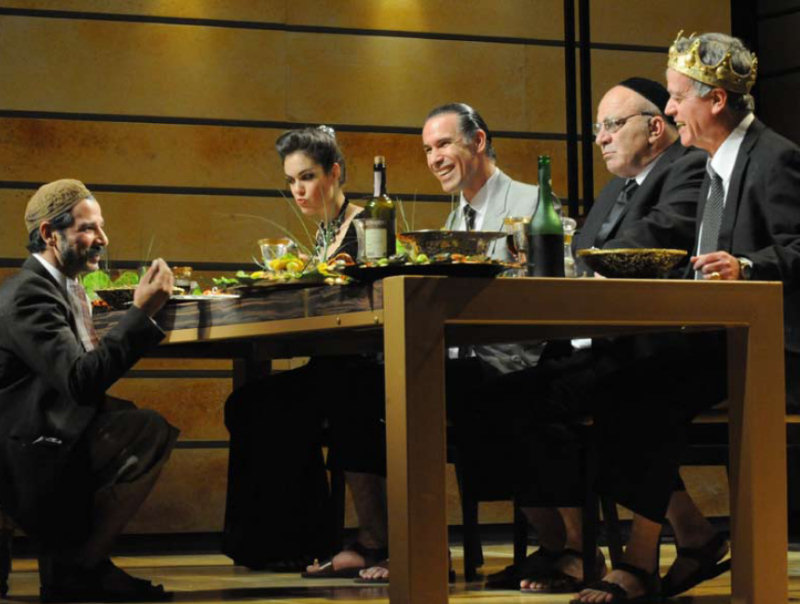 """מתוך ההצגה """"אוכלים"""", תיאטרון החאן (צילום: גדי דגון)"""