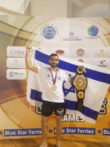 עם המדליה וחגורת אלוף העולם - בן חמו (צילום: פול בנג'מין ואוהד קורלנד)