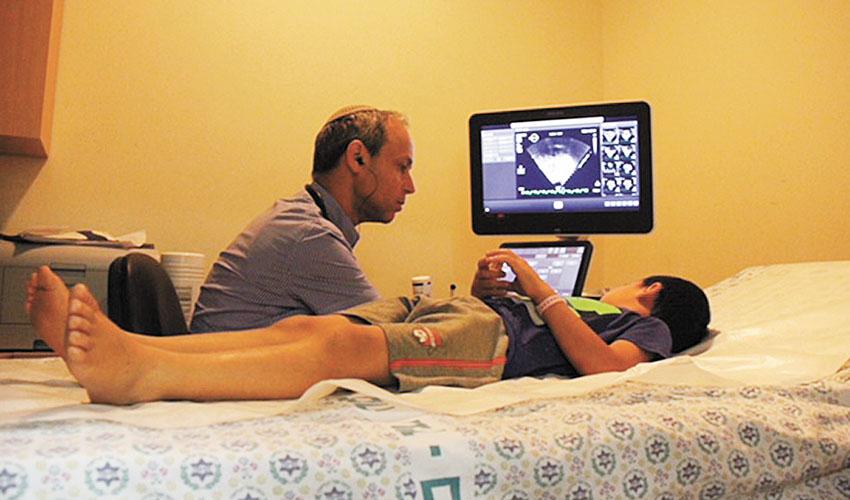 הילד שנעקץ מעקרב עובר בדיקת אקו לב (צילום: דוברות הדסה)