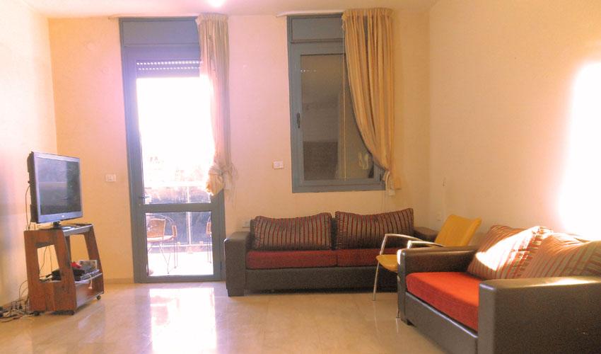 סלון הדירה ברחוב ים המלח, ארנונה (צילום: רווית קרודו)