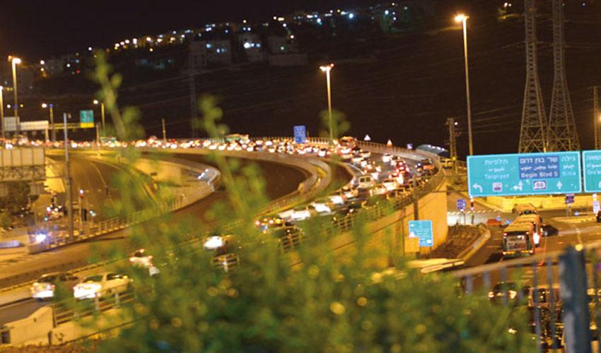 עומסי תנועה בכביש בגין (צילום: מאיר אליפור)