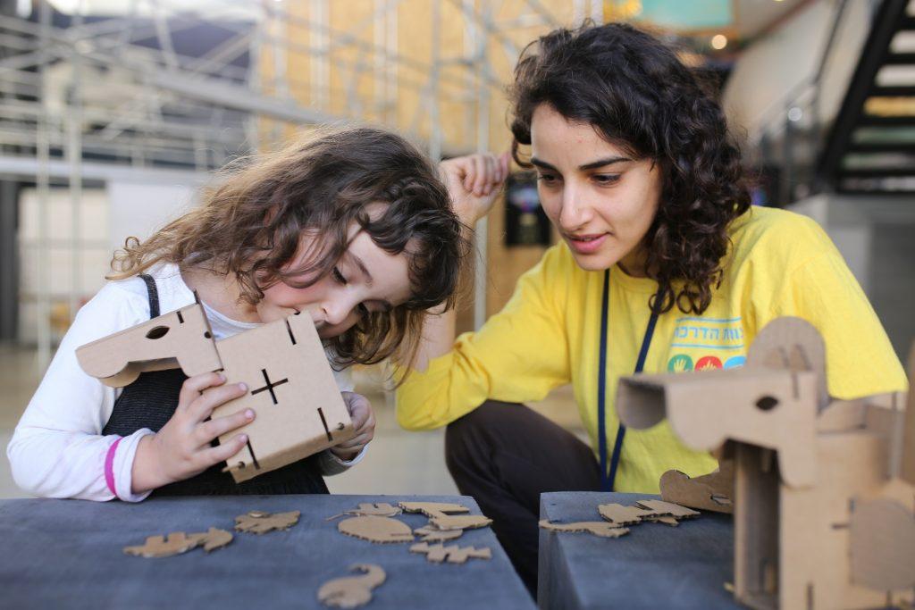 """סדנאות לילדים בתערוכת """"רק קרטון"""" במוזיאון המדע (צילום: עידן ועקנין)"""