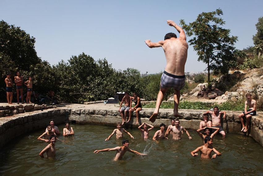 קיץ בירושלים שרב כבד ילדים משחקים במזרקות בפארק טדי (צילום: אוליבייה פיטוסי)