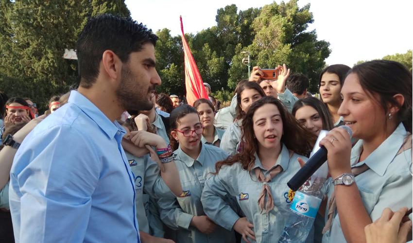 גיא יפרח ביחד עם חניכי תנועות הנוער (צילום: עיריית מעלה אדומים)