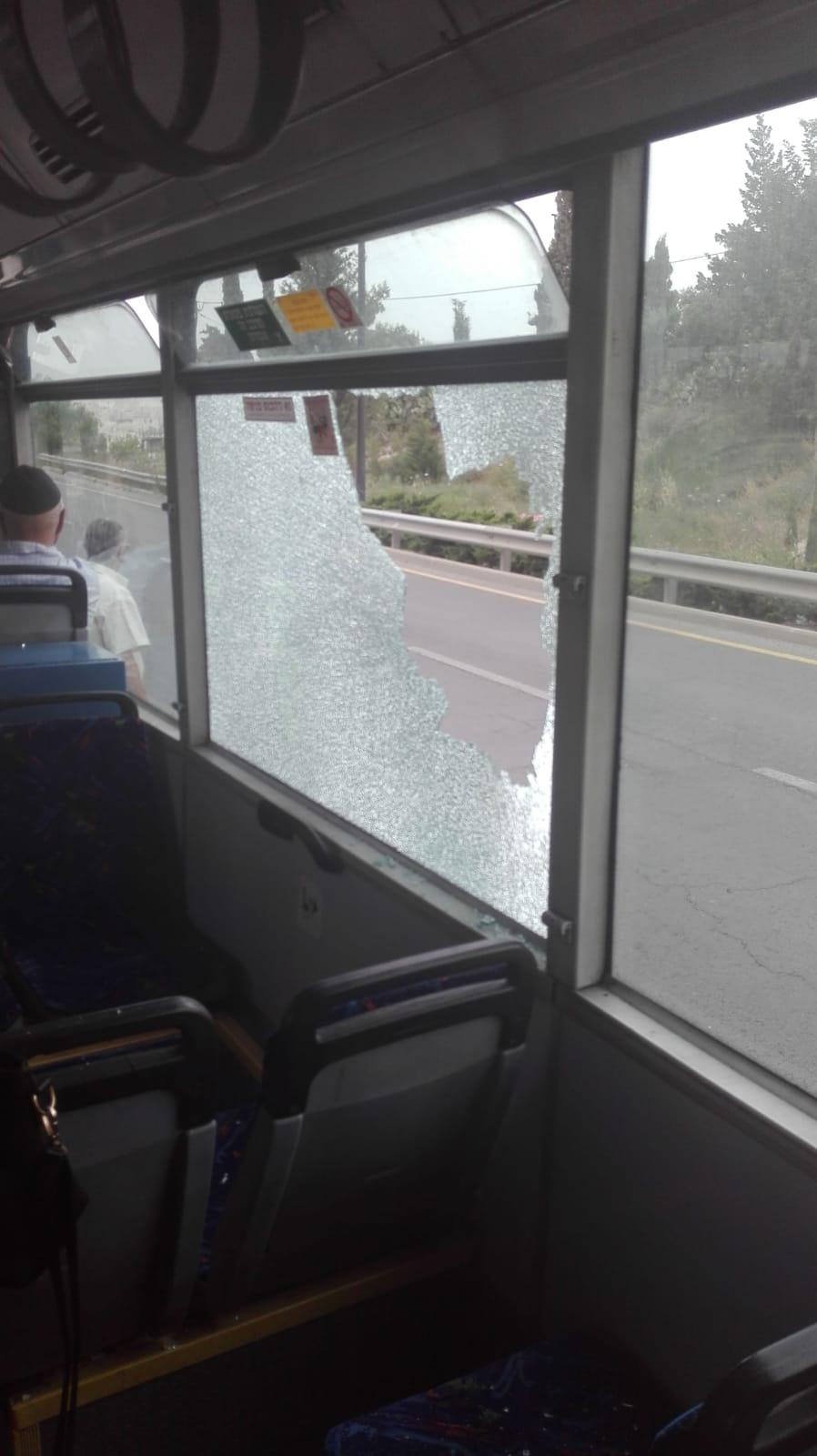 אבנים הושלכו לעבר אוטובוס קו 25, שמשה מנופצת
