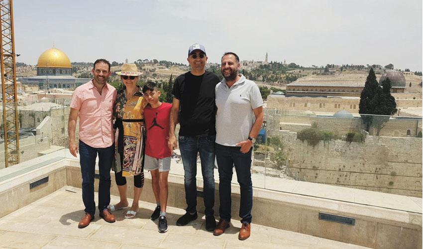 זיו בצלאל ומשפחת קטורזה (צילום: פרטי)