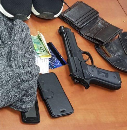 אקדח, טלפון סלולרי וארנק - החפצים שנמצאו אצל החשוד ששדד בית מרקחת (צילום: דוברות המשטרה)