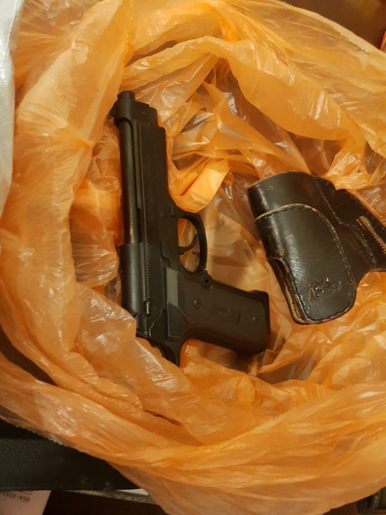 האקדח שנמצא אצל השודד (צילום: דוברות המשטרה)