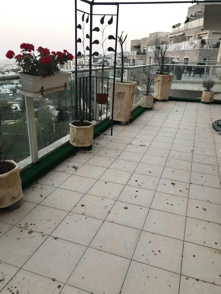 מרפסת הדירה ברחוב קורץ, ארנונה (צילום: רווית קרודו)