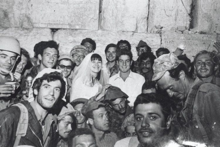 """החתונה הראשונה בכותל, יולי 1967 (צילום: לע""""מ)"""