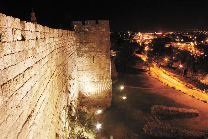 """טיילת החומות בערב (צילום: יח""""צ)"""