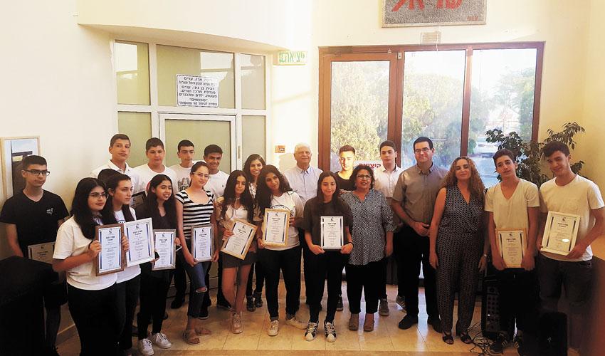 תלמידי דקל וילנאי אורט עם תעודות ההוקרה (צילום: עיריית מעלה אדומים)