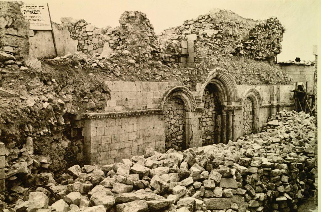 בית הכנסת תפארת ישראל נמצא עזוב, 1967 (צילום: זאב רדובן)