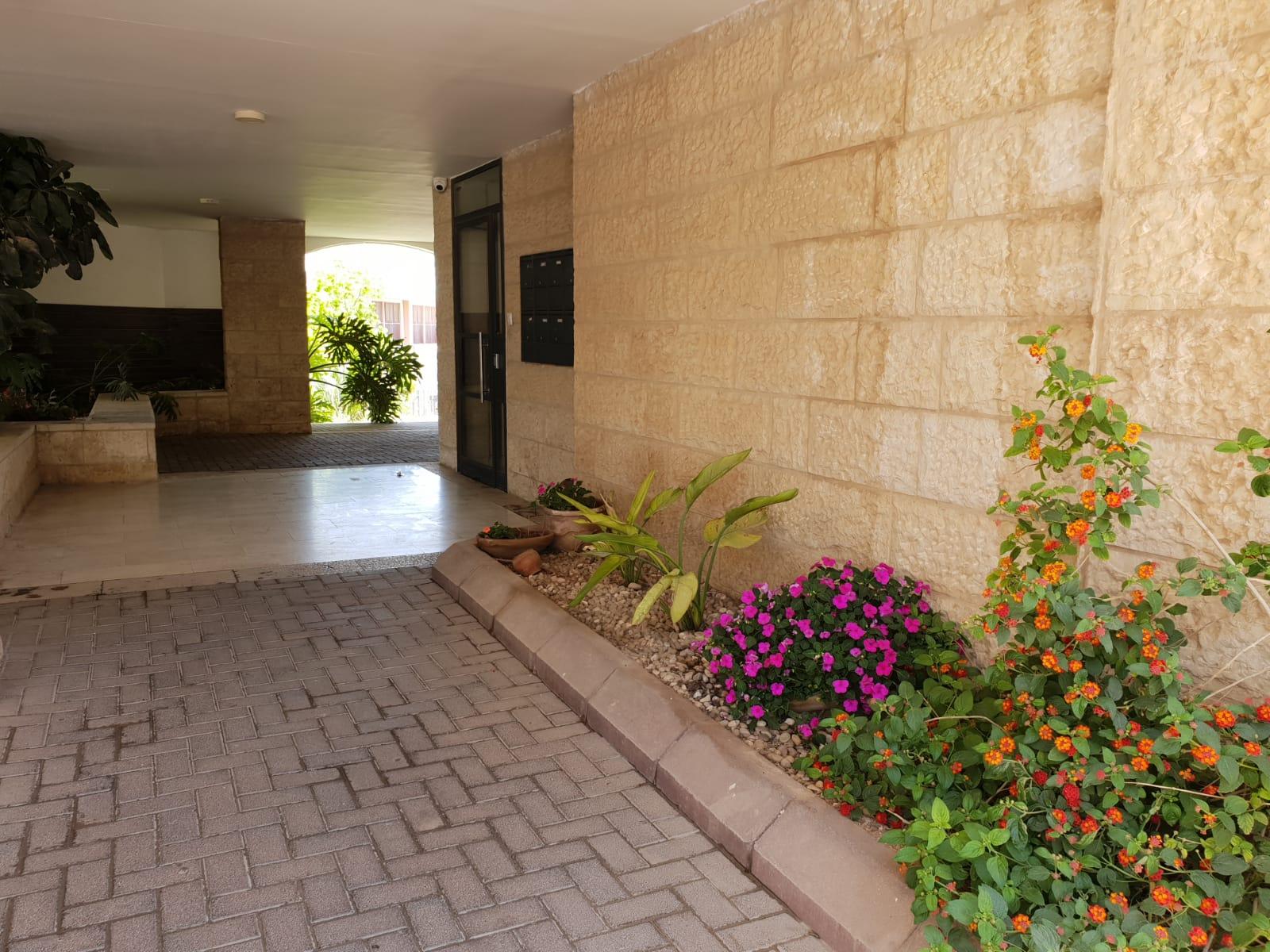 הכניסה לבניין ברחוב אריה דולצ'ין, גבעת משואה (צילום: אייל שאולוף)